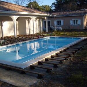 Pose des fondations d'une terrasse en bord de piscine