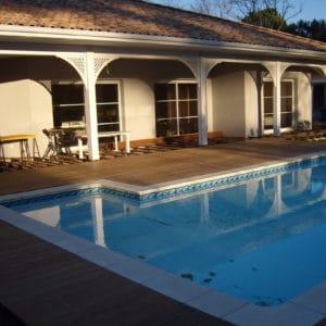 Belle terrasse en bord de piscine